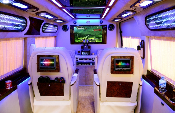 Ford Transit 2014 với nội thất Limousine đầy mê hoặc