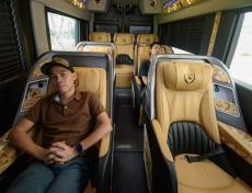 Trên tay xe DCar Hạng Thượng Đỉnh 10 chỗ ngồi với ghế First Class